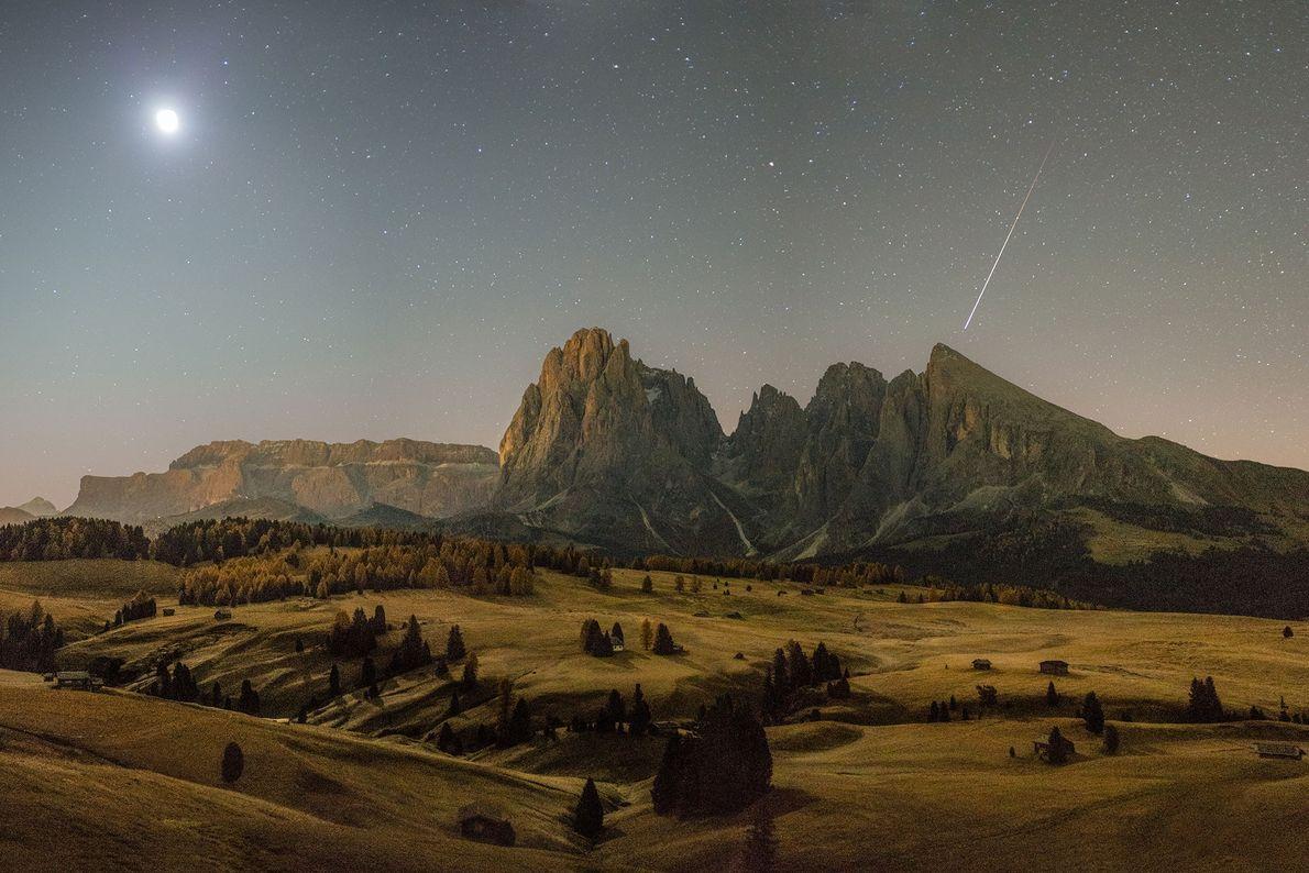Ein Meteor zieht an einem Herbstmorgen über die Dolomiten in Südtirol hinweg.
