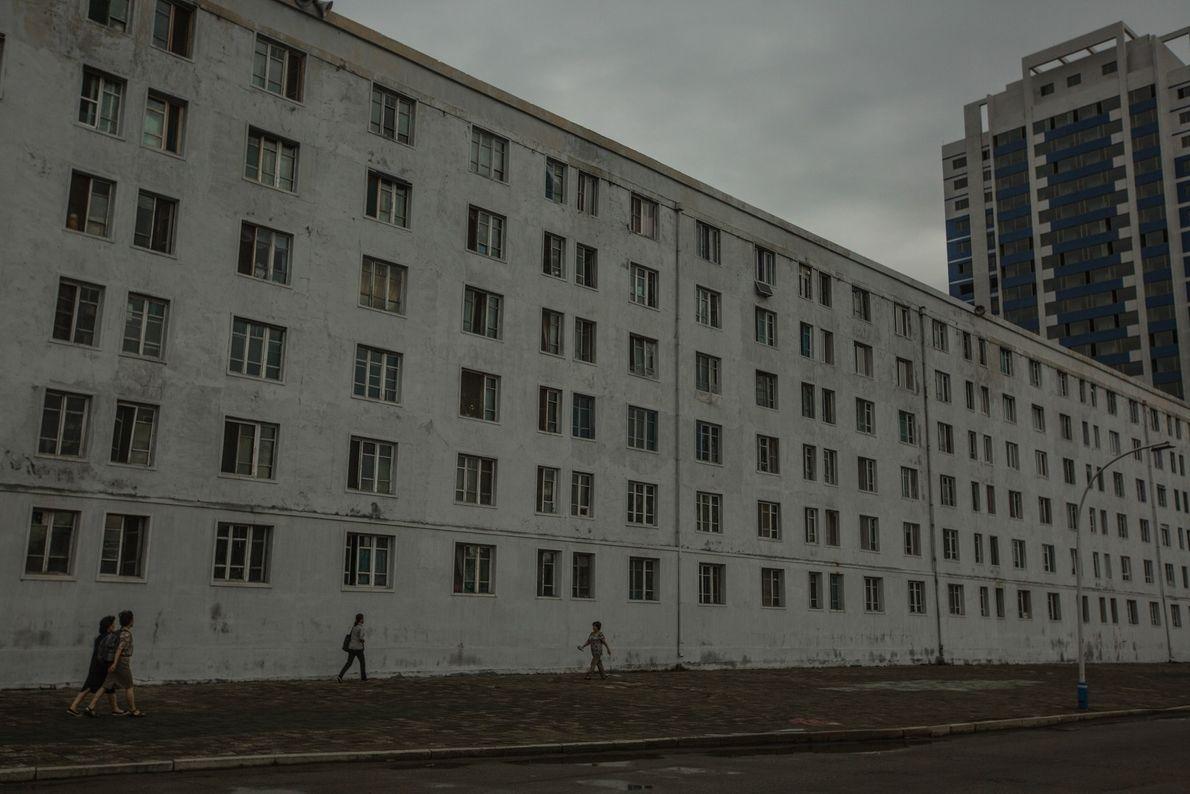 Passanten vor Wohngebäude