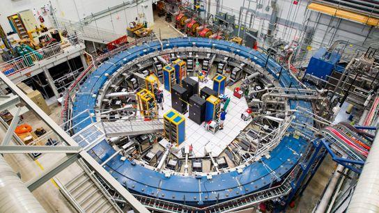 Der Muon-g-2-Ring befindet sich inmitten von elektronischen Geräten in einer Detektorhalle. Das Experiment findet bei -267 ...