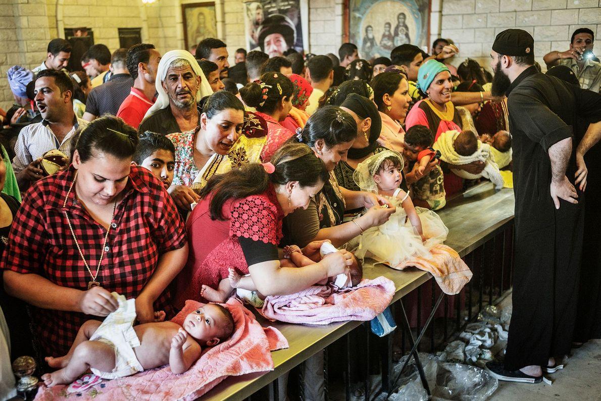 Frauen warten mit ihren Babys auf die Taufe im Rahmen der Feierlichkeiten zum Gabal al-Tayr Moulid. ...