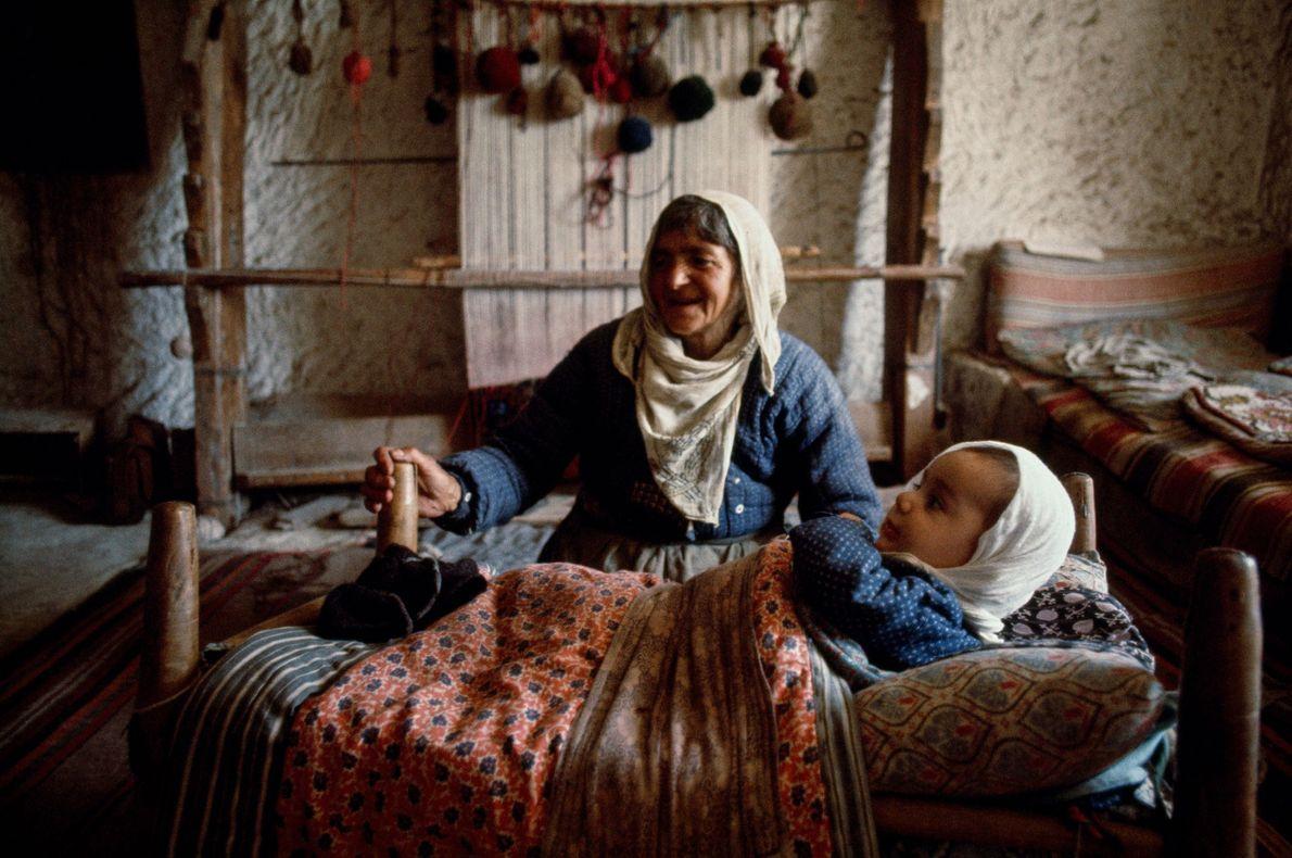 Im türkischen Avcilar kümmert sich eine Großmutter um ihre Enkelin. 1970.