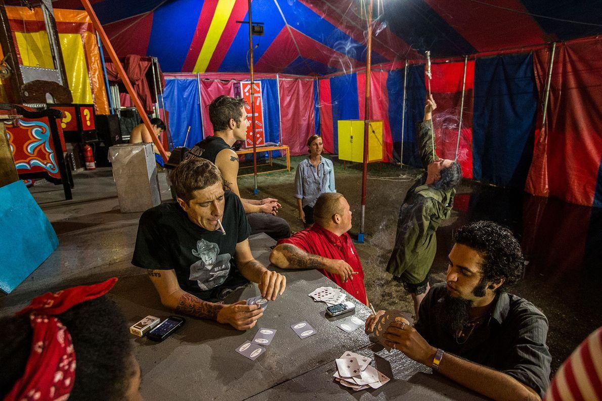 Leute spielen Karten