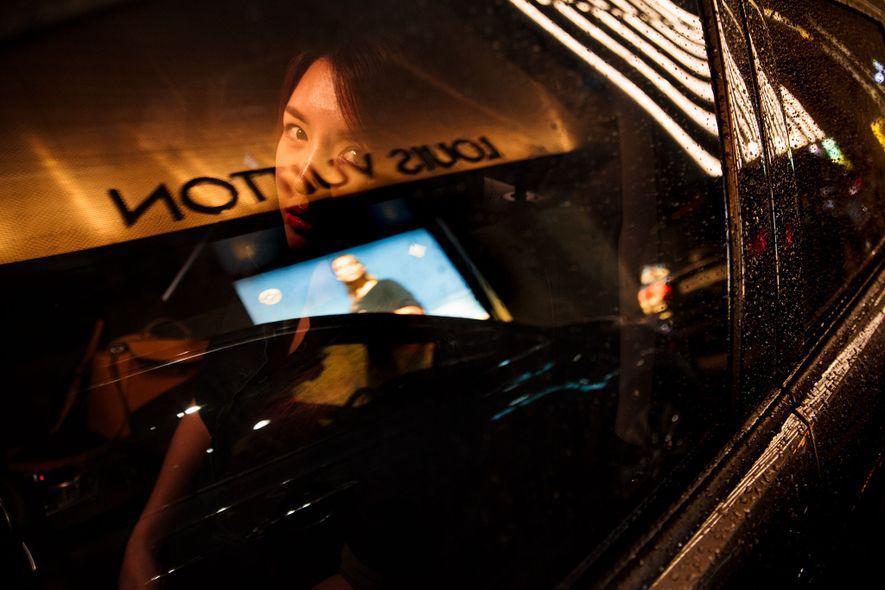 """Hanse blickt aus dem Fenster ihres Luxusautos in Seoul. """"Manchmal habe ich nachts Albträume, in denen ..."""