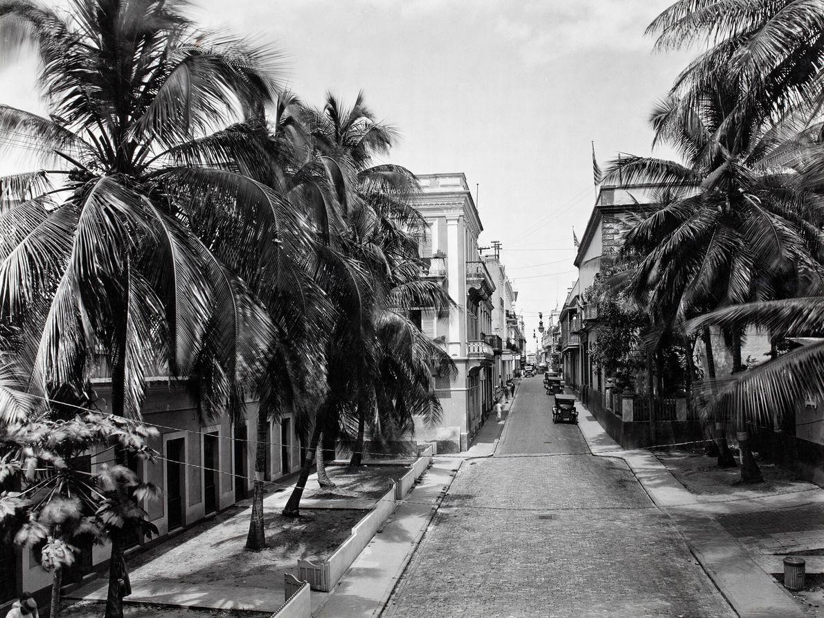 Eine Straße in der Altstadt von San Juan zeigt den kolonialen Einfluss der Insel. Die Gebäude ...