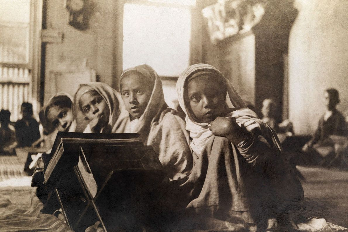 Arabische Kinder studieren in einer Moschee den Koran.