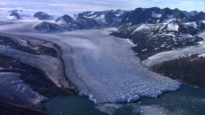 Ein Paar überfliegt den Atlantik in einem kleinen Hubschrauber, um das schmelzende Eis zu dokumentieren