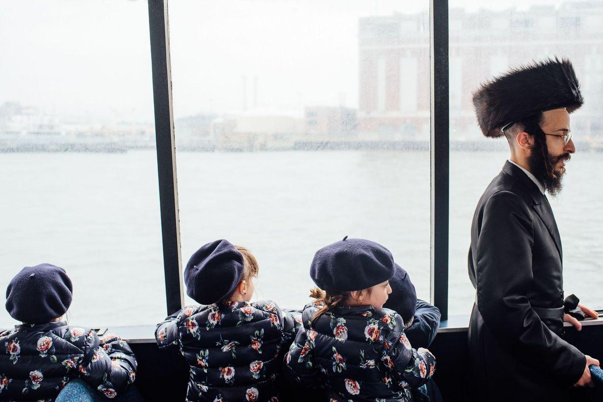 Bild einer Familie auf einer Fähre in New York