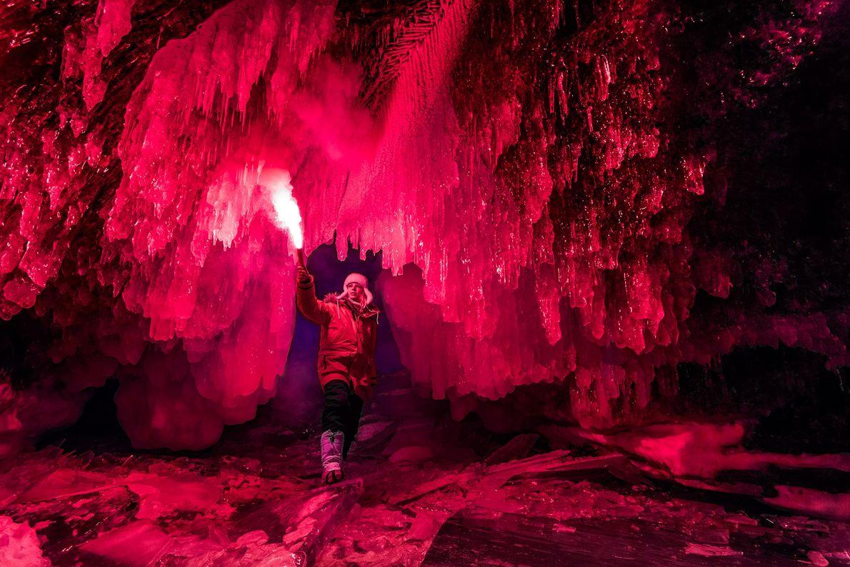 Ein Höhlenforscher in der Nähe des Baikalsees