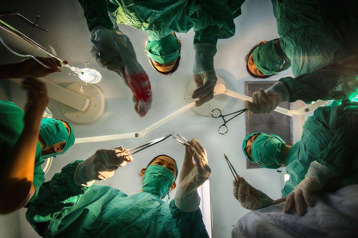 Chirurginnen bereiten sich auf eine Operation vor