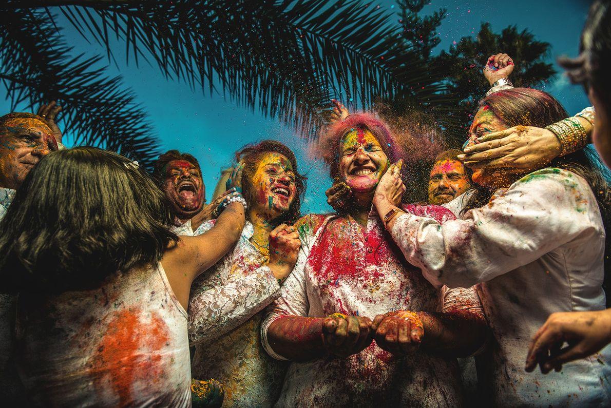 Menschen feiern Holi