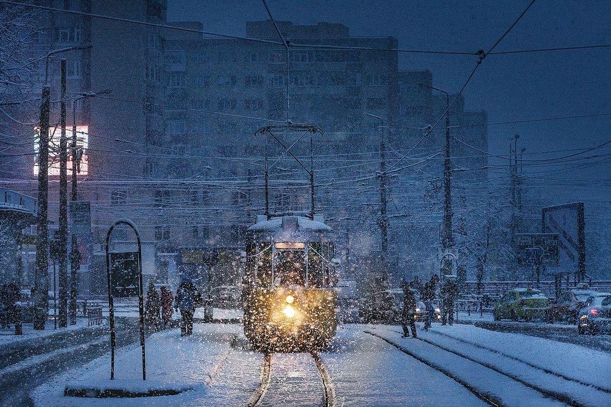 Eine Straßenbahn im Schneesturm