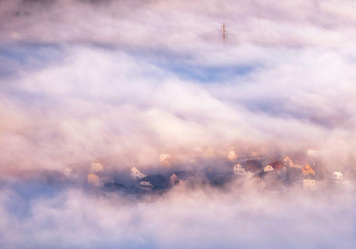 Nebel über einem Dorf bei Sonnenaufgang