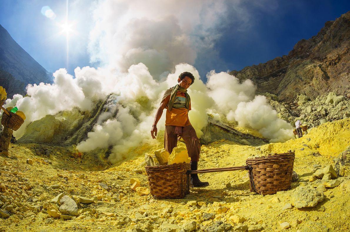 Ein Schwefelminenarbeiter in Indonesien