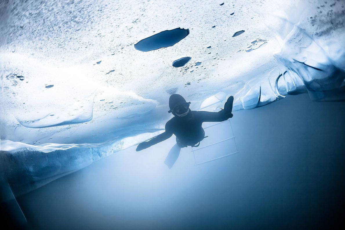 Apnoetaucher unter dem Eis in der Schweiz