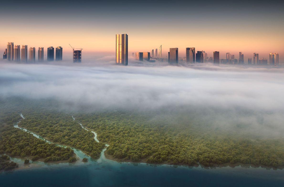 Die Abu Dhabi-Skyline beim Sonnenaufgang