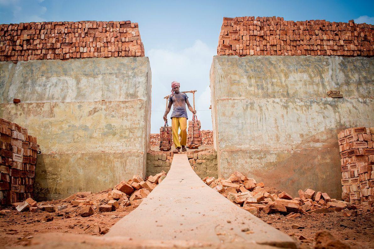Ein Ziegeleiarbeiter in Bangladesch