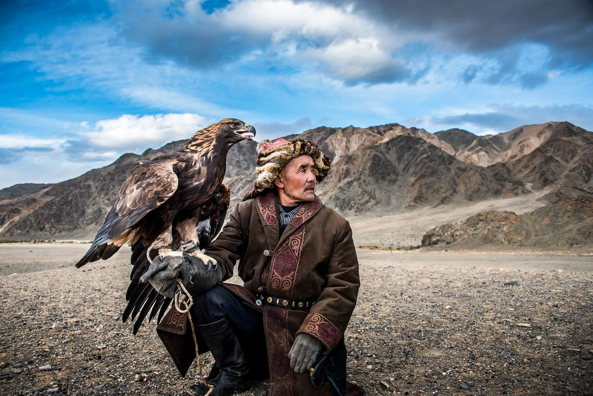 Ein mongolischer Jäger mit seinem Adler