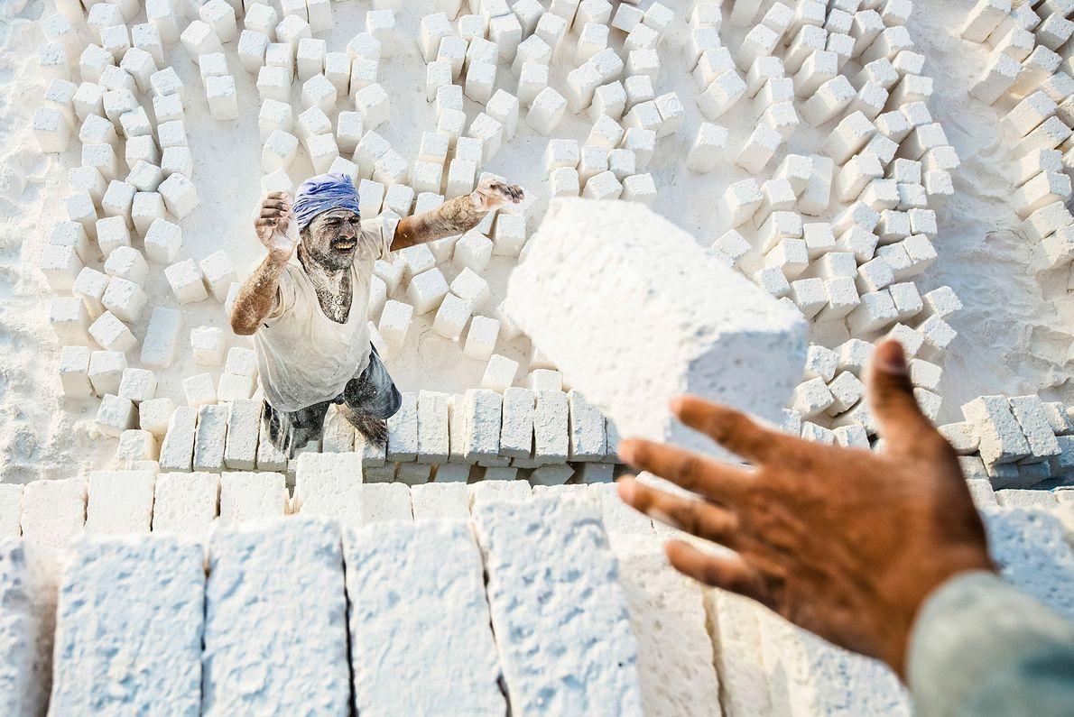 In Ägypten verladen Arbeiter Kalksteinziegel
