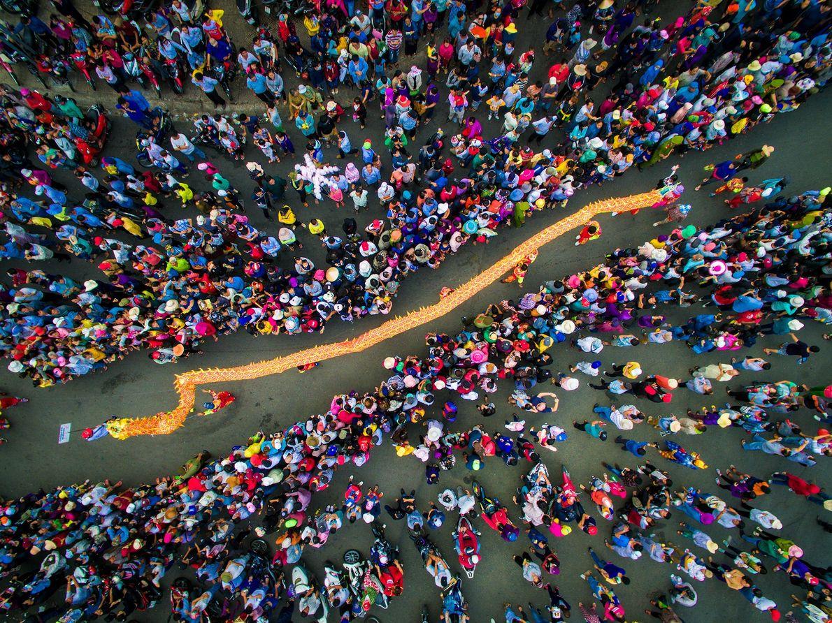Ein Drachentanz zur Feier des Vietnamesischen Neujahrs in Vietnam