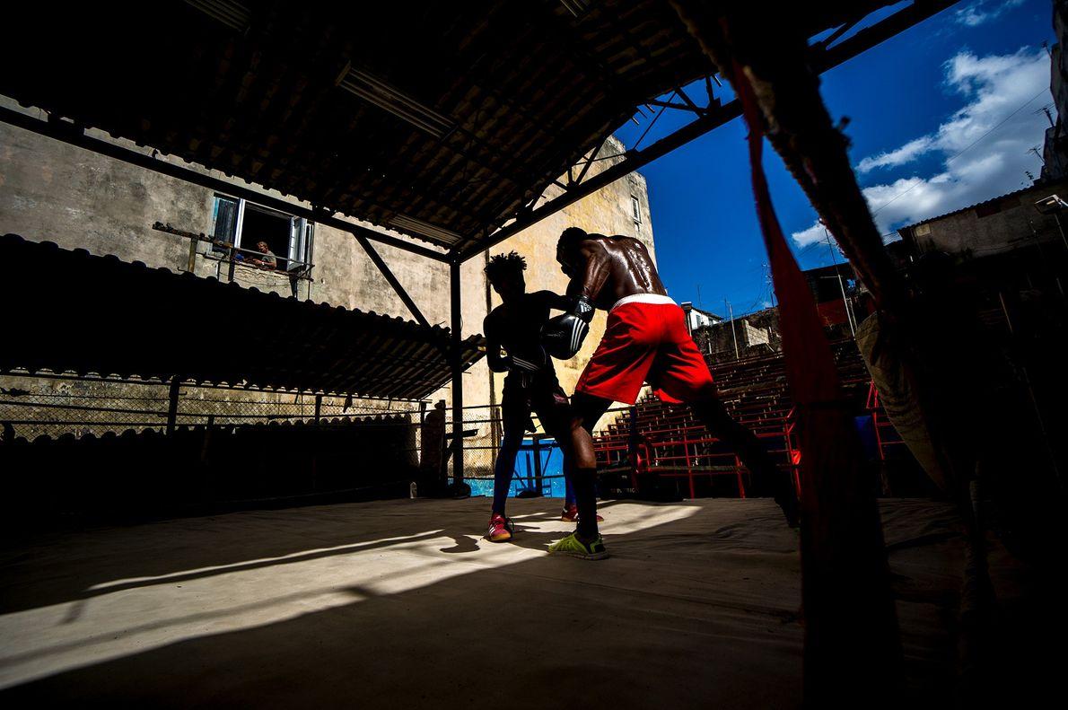 Männer beim Boxkampf in Kuba