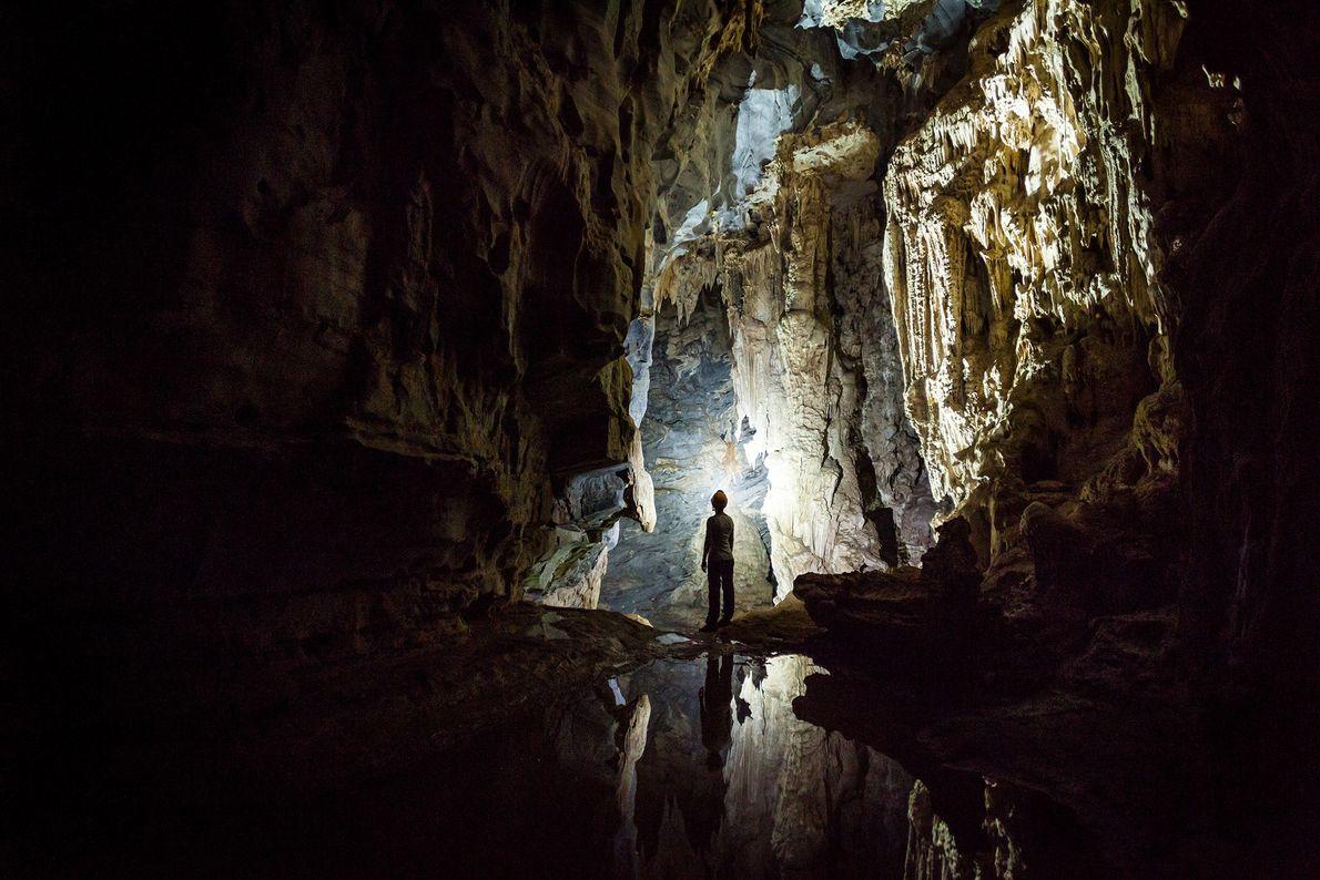 Ein Mensch steht in einer Höhle in Vietnam
