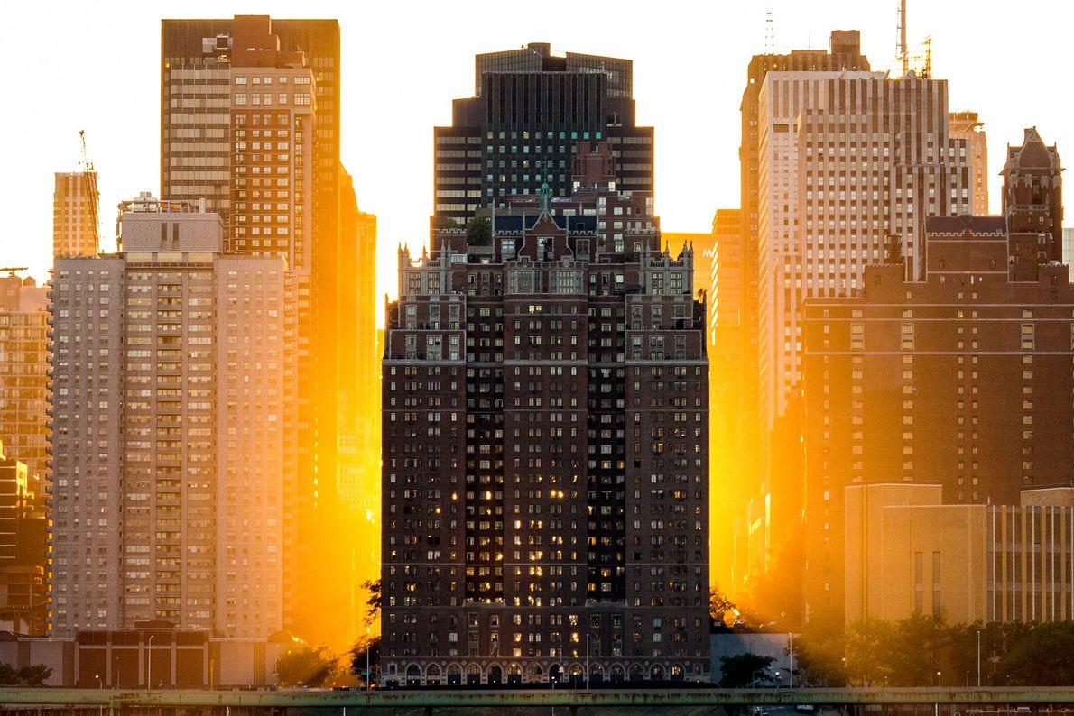 Die Sonne geht hinter einem Apartmenthaus unter