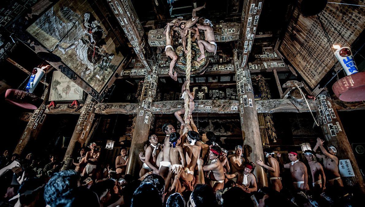 Männer erklimmen ein Seil in einem Tempel