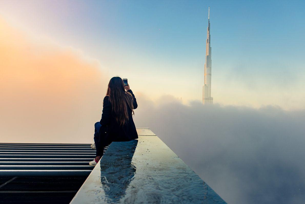 In Dubai erhebt sich der Wolkekratzer Burj Khalifa über die Wolken