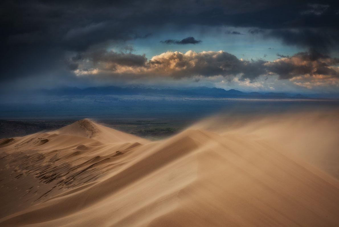 Wind weht Sand von einer Düne in Kasachstan