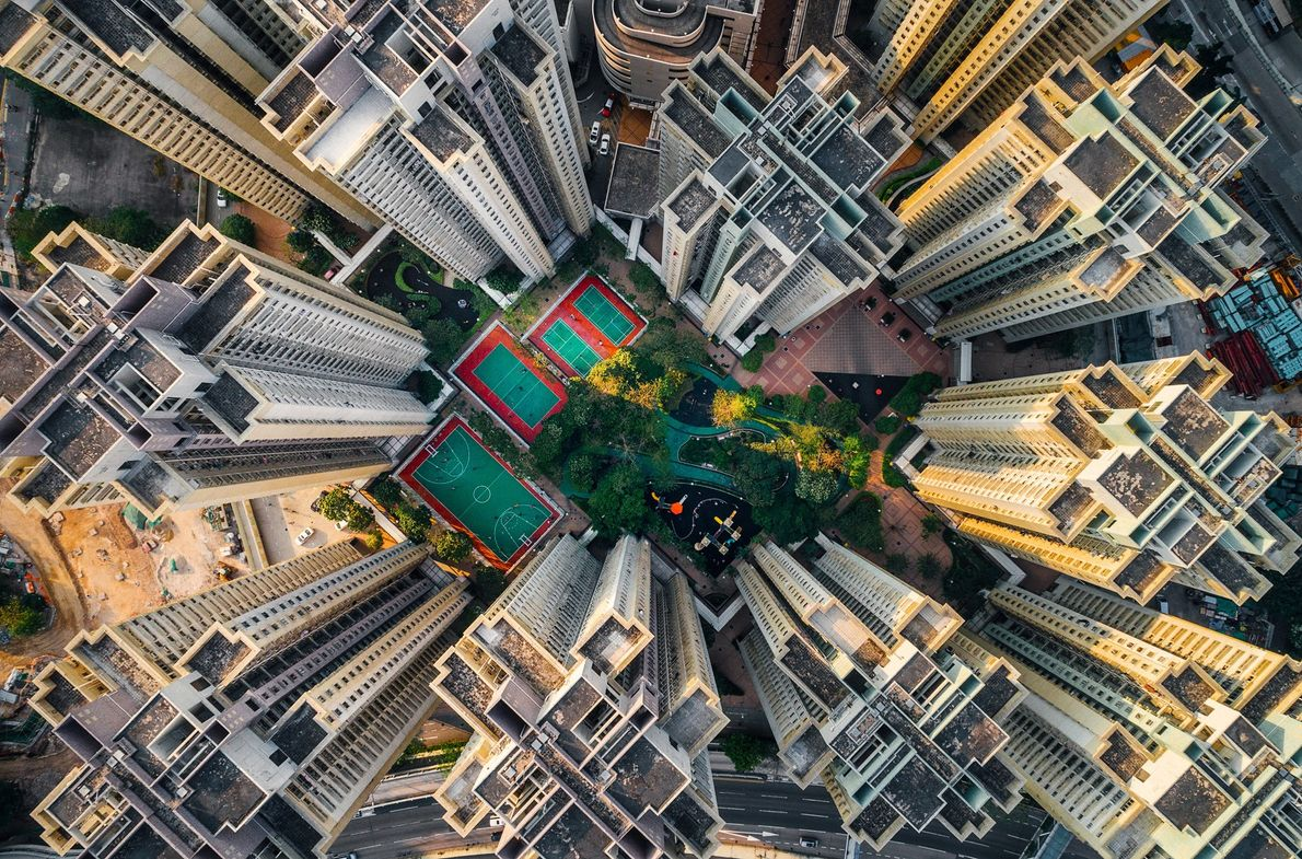 Wohngebäude umgeben einen kleinen Park in Hongkong