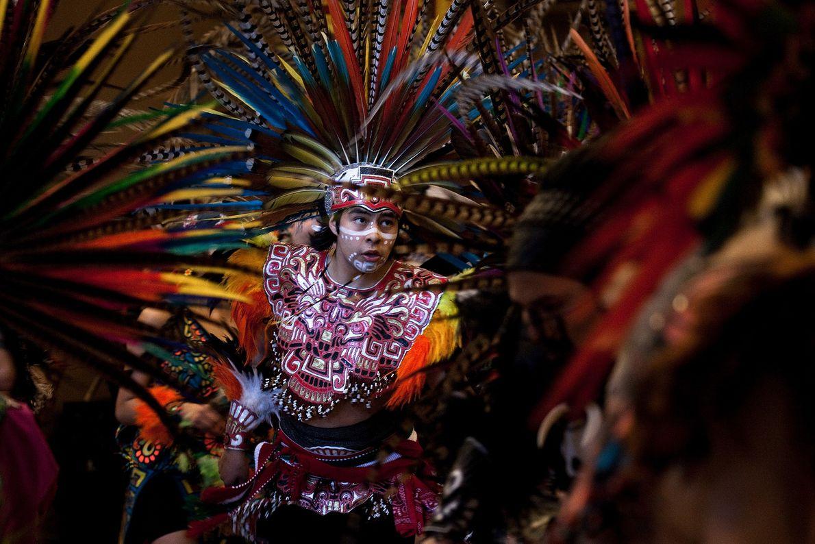 Ein Mann in traditioneller aztekischer Tracht tanzt in Seattle