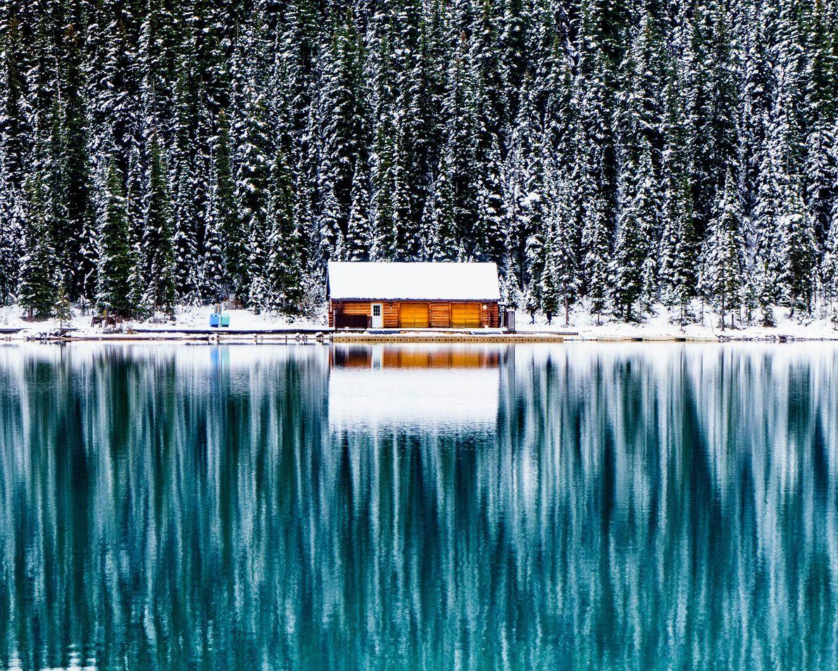 Eine Hütte am See im Schnee