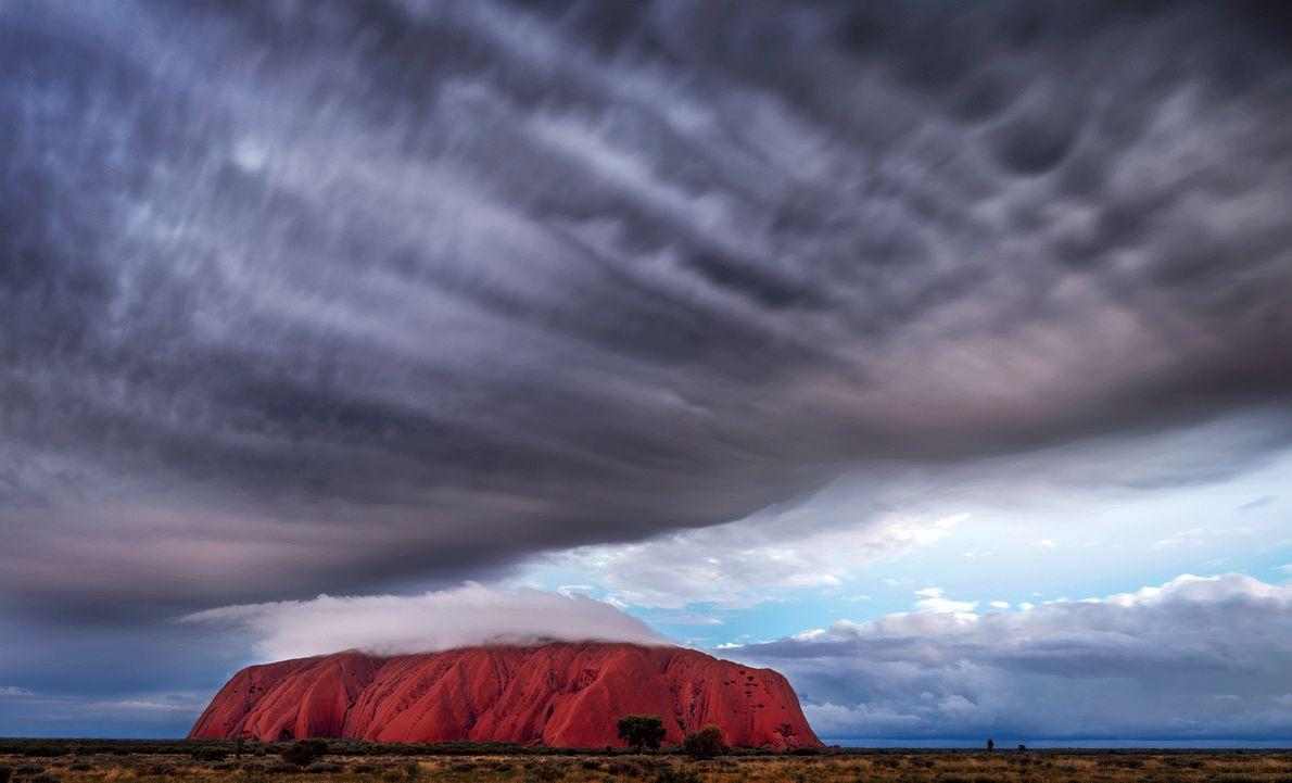 Sturmwolken ziehen über den Uluru in Australien