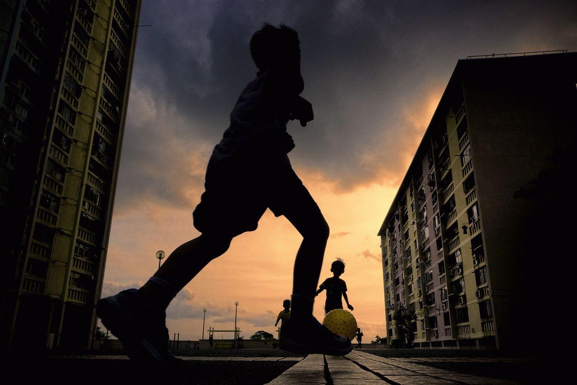 Kinder spielen Ball in Hongkong