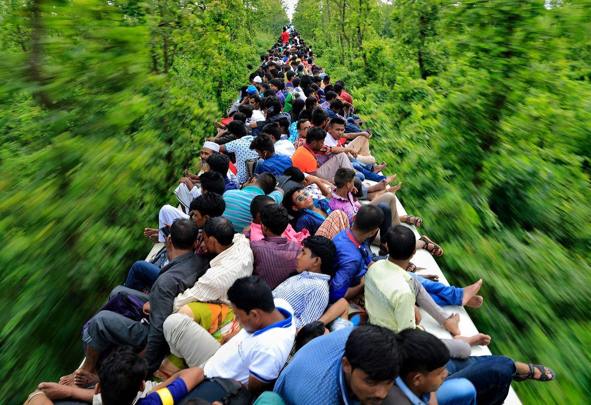Menschen fahren auf einem Zug in Bangladesch