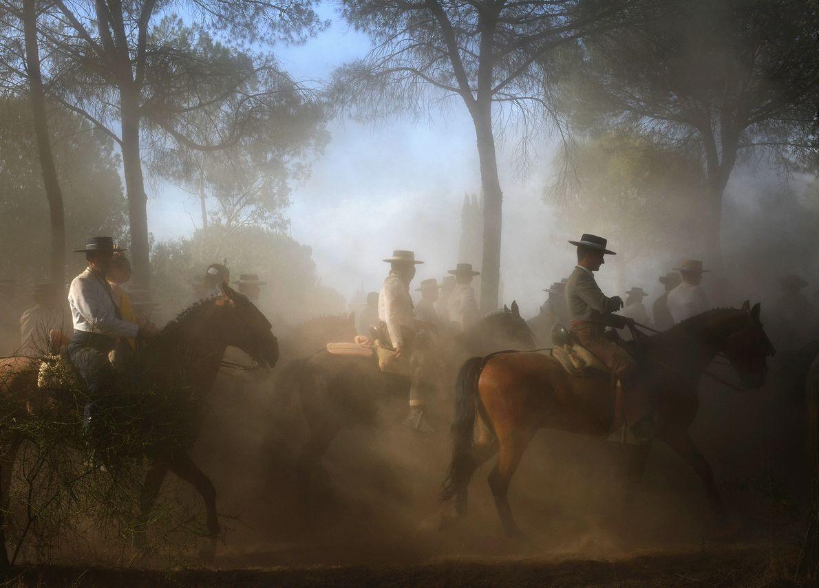 Leute auf Pferden unternehmen eine religiöse Pilgerreise