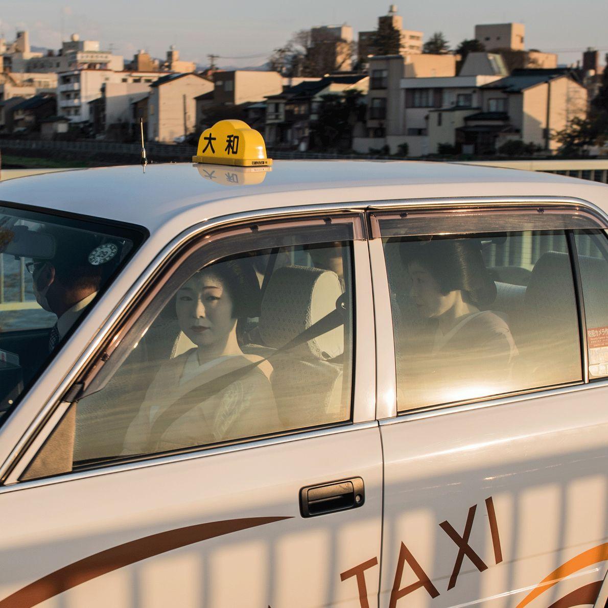 Geishas in einem Taxi in Japan