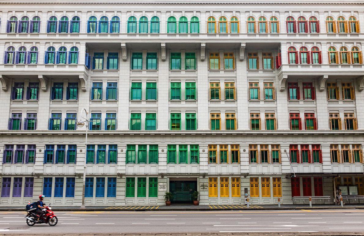 Ein Gebäude in Singapur mit bunten Fenstern