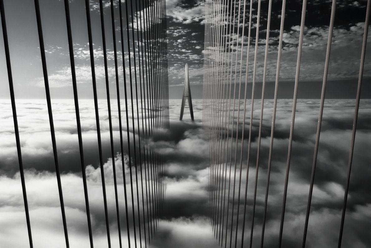Eine Brücke in Vietnam ragt teilweise auf dem Nebel