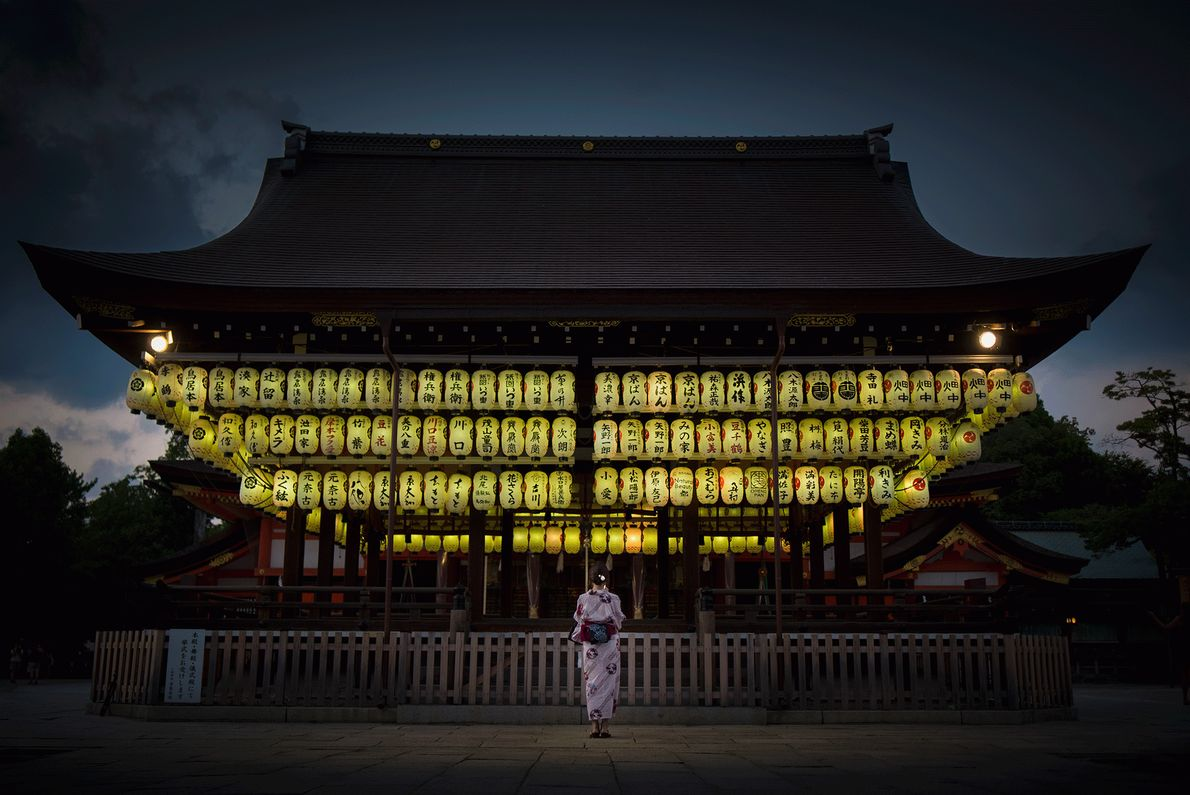 Der Yasaka-Schrein in japanischen Kyoto leuchtet bei Nacht