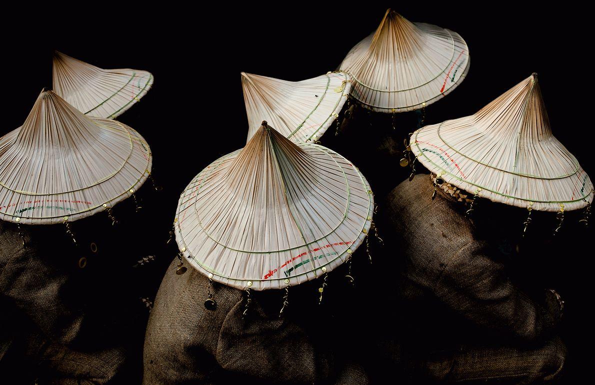 Traditionelle Hüte von Tänzern auf dem Kaffee-Festival auf den Philippinen