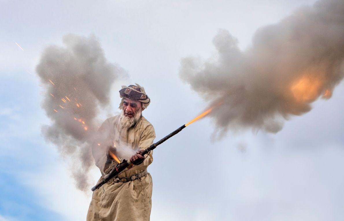 Bei einer Hochzeitsfeier in Muscat im Oman feuert ein Mann eine kleine Kanone ab. Die traditionelle ...