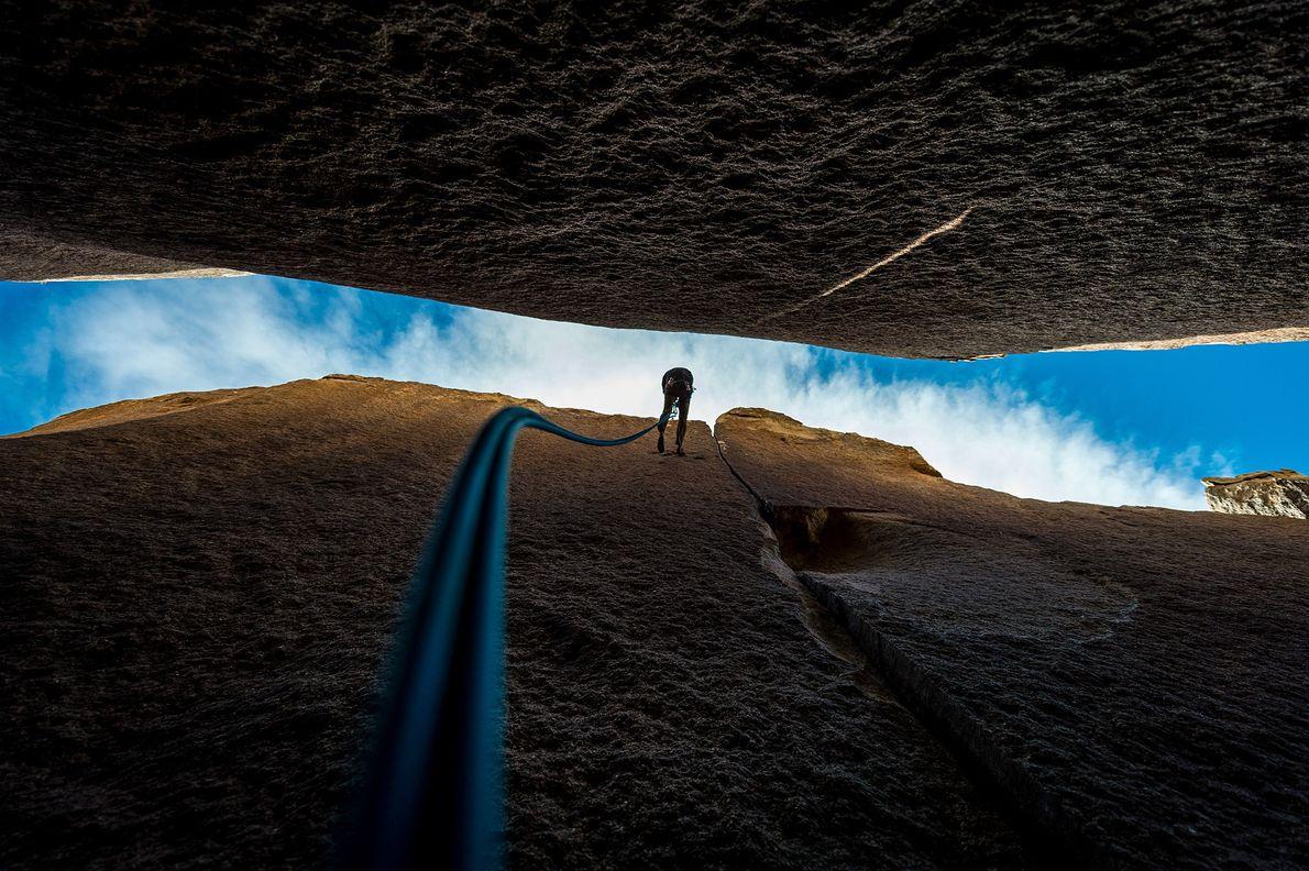 Im Joshua-Tree-Nationalpark in Kalifornien seilt sich ein Kletterer ab, nachdem er eine Formation namens Heart of ...