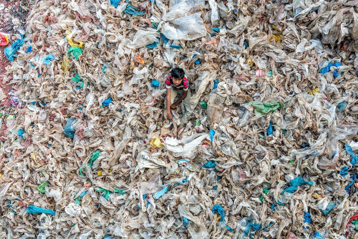 In Dhaka in Bangladesch spielt ein Kind auf einer Müllkippe. Obwohl sich das Land bemüht hat, ...