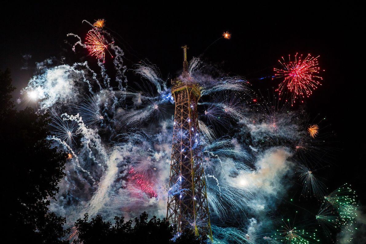 Am Eiffelturm in Paris explodiert Feuerwerk am französischen Nationalfeiertag. Der Feiertag am 14. Juli erinnert an ...