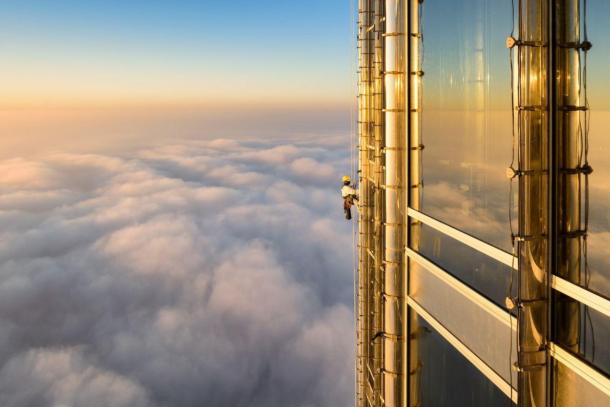 Ein Fensterputzer arbeitet am Burj Khalifa in Dubai