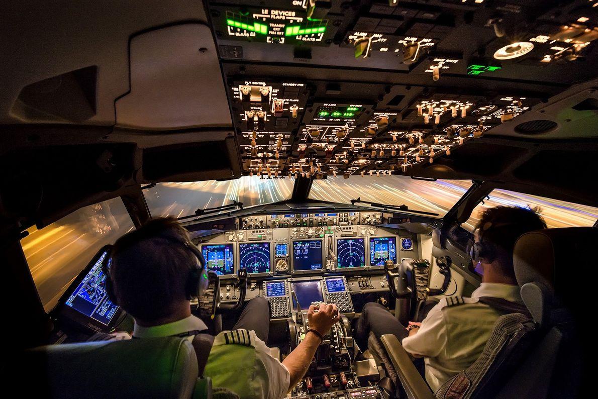 Zwei Piloten in einem Cockpit landen ein Flugzeug
