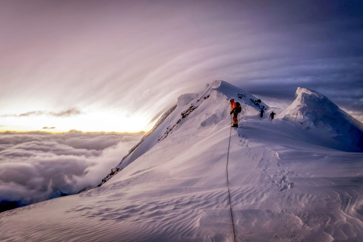 Bergsteiger erklimmen einen schneebedeckten Berg