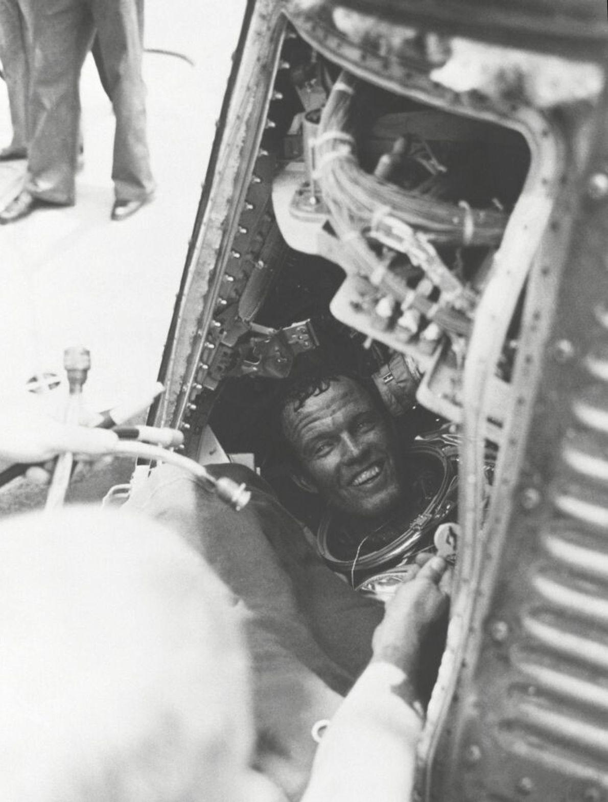 Gordon Cooper begrüßt die Bergungscrew der USS Kearsarge nach der letzten Mercury-Mission in seiner Kapsel Faith ...