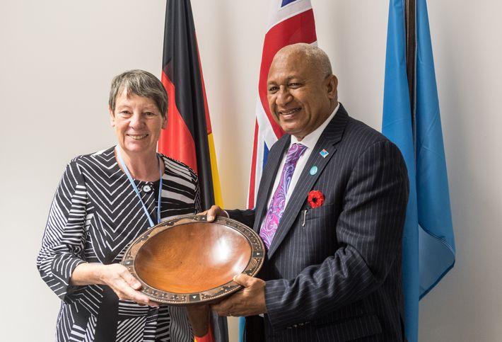 Barbara Hendricks mit dem Präsidenten Fidschis Frank Bainimarama